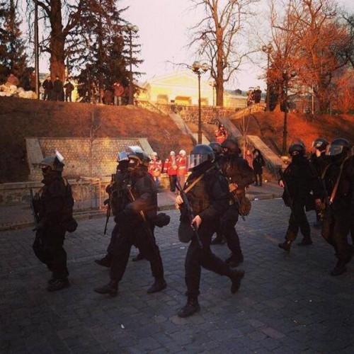 Officiers armés des forces spéciales du Ministère de l'Intérieur (MVS), Kyiv, 18 février 2014.jpg