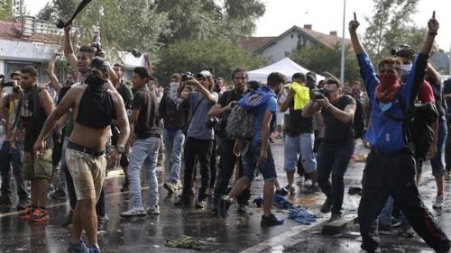 150916_rm7tl_migrants-hongrie-serbie_sn635.jpg